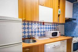 Кухня. Черногория, Риека Режевичи : Двухэтажный каменный дом с бассейном и видом на море, гостиная, 4 спальни, 3 ванные комнаты, место для барбекю, место для парковки, Wi-Fi