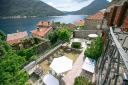 Территория. Черногория, Пераст : Четырехэтажный каменный дом с просторным двориком и видом на море, 2 гостиные, 2 кухни, 9 спален, 8 ванных комнат