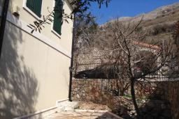 Территория. Черногория, Петровац : Уютная двухэтажная вилла с гостиной, кухней, двумя спальнями, с ванной комнатой (душ и джакузи), туалетом и двориком