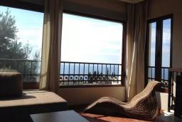 Гостиная. Черногория, Петровац : Уютная двухэтажная вилла с гостиной, кухней, двумя спальнями, с ванной комнатой (душ и джакузи), туалетом и двориком