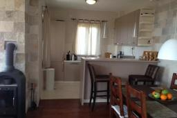 Кухня. Черногория, Петровац : Уютная двухэтажная вилла с гостиной, кухней, двумя спальнями, с ванной комнатой (душ и джакузи), туалетом и двориком