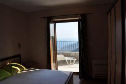 Спальня. Черногория, Будва : Двухэтажная вилла с бассейном и видом на море, гостиная, 3 спальни, 2 ванные комнаты, джакузи, место для барбекю, парковка, Wi-Fi