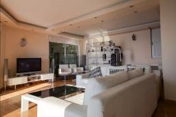 Гостиная. Черногория, Будва : Таунхауз с бассейном и шикарным видом на море, просторная гостиная, 3 спальни, 2 ванные комнаты, место для парковки, место для барбекю на большой террасе, Wi-Fi
