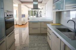 Кухня. Черногория, Будва : Таунхауз с бассейном и шикарным видом на море, просторная гостиная, 3 спальни, 2 ванные комнаты, место для парковки, место для барбекю на большой террасе, Wi-Fi