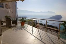 Терраса. Черногория, Будва : Таунхауз с бассейном и шикарным видом на море, просторная гостиная, 3 спальни, 2 ванные комнаты, место для парковки, место для барбекю на большой террасе, Wi-Fi