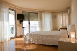 Спальня. Черногория, Будва : Таунхауз с бассейном и шикарным видом на море, просторная гостиная, 3 спальни, 2 ванные комнаты, место для парковки, место для барбекю на большой террасе, Wi-Fi