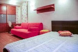 Спальня 2. Черногория, Будва : Таунхауз с бассейном и шикарным видом на море, просторная гостиная, 3 спальни, 2 ванные комнаты, место для парковки, место для барбекю на большой террасе, Wi-Fi