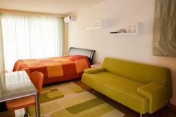 Спальня 3. Черногория, Будва : Таунхауз с бассейном и шикарным видом на море, просторная гостиная, 3 спальни, 2 ванные комнаты, место для парковки, место для барбекю на большой террасе, Wi-Fi