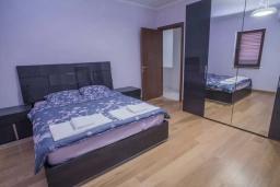 Спальня. Черногория, Пржно / Милочер : Роскошная вилла с бассейном и джакузи, гостиная, 3 спальни, 4 ванные комнаты, терраса с шикарным видом на море, парковка, Wi-Fi