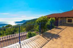 Терраса. Черногория, Пржно / Милочер : Красивый каменный дом с террасой и видом на море, гостиная, 3 спальни, 2 ванные комнаты, дворик, место для барбекю, Wi-Fi