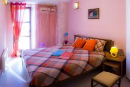 Спальня. Черногория, Пржно / Милочер : Красивый каменный дом с террасой и видом на море, гостиная, 3 спальни, 2 ванные комнаты, дворик, место для барбекю, Wi-Fi
