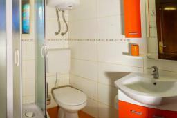 Ванная комната. Черногория, Пржно / Милочер : Красивый каменный дом с террасой и видом на море, гостиная, 3 спальни, 2 ванные комнаты, дворик, место для барбекю, Wi-Fi