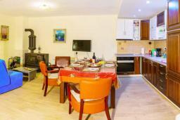 Кухня. Черногория, Пржно / Милочер : Красивый каменный дом с террасой и видом на море, гостиная, 3 спальни, 2 ванные комнаты, дворик, место для барбекю, Wi-Fi