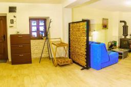 Гостиная. Черногория, Пржно / Милочер : Красивый каменный дом с террасой и видом на море, гостиная, 3 спальни, 2 ванные комнаты, дворик, место для барбекю, Wi-Fi