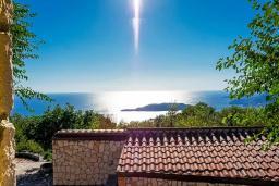 Вид на море. Черногория, Пржно / Милочер : Красивый каменный дом с террасой и видом на море, гостиная, 3 спальни, 2 ванные комнаты, дворик, место для барбекю, Wi-Fi