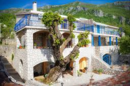 Фасад дома. Черногория, Пржно / Милочер : Красивый каменный дом с террасой и видом на море, гостиная, 3 спальни, 2 ванные комнаты, дворик, место для барбекю, Wi-Fi