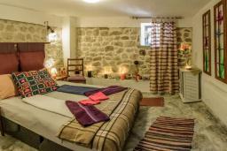 Спальня 3. Черногория, Пржно / Милочер : Красивый каменный дом с террасой и видом на море, гостиная, 3 спальни, 2 ванные комнаты, дворик, место для барбекю, Wi-Fi
