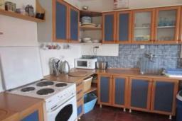 Кухня. Черногория, Тиват : Двухэтажная вилла с бассейном, гостиная, 4 спальни, 3 ванные комнаты, большая терраса, место для барбекю, Wi-Fi