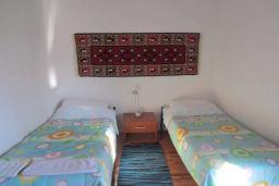 Спальня 2. Черногория, Тиват : Двухэтажная вилла с бассейном, гостиная, 4 спальни, 3 ванные комнаты, большая терраса, место для барбекю, Wi-Fi