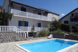 Фасад дома. Черногория, Тиват : Двухэтажная вилла с бассейном, гостиная, 4 спальни, 3 ванные комнаты, большая терраса, место для барбекю, Wi-Fi