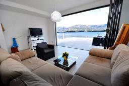 Гостиная. Черногория, Обала Джурашевича : Роскошная вилла у кромки воды, большая гостиная, 4 спальни, 5 ванных комнат, терраса с шикарным видом на море, Wi-Fi