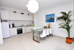 Кухня. Черногория, Обала Джурашевича : Роскошная вилла у кромки воды, большая гостиная, 4 спальни, 5 ванных комнат, терраса с шикарным видом на море, Wi-Fi