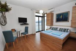 Спальня 2. Черногория, Обала Джурашевича : Роскошная вилла у кромки воды, большая гостиная, 4 спальни, 5 ванных комнат, терраса с шикарным видом на море, Wi-Fi