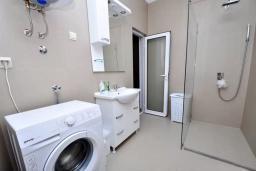 Ванная комната 2. Черногория, Обала Джурашевича : Роскошная вилла у кромки воды, большая гостиная, 4 спальни, 5 ванных комнат, терраса с шикарным видом на море, Wi-Fi