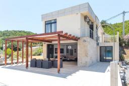 Фасад дома. Черногория, Обала Джурашевича : Роскошная вилла у кромки воды, большая гостиная, 4 спальни, 5 ванных комнат, терраса с шикарным видом на море, Wi-Fi