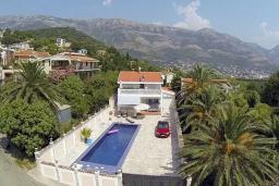 Фасад дома. Черногория, Сутоморе : Двухэтажная вилла с бассейном, гостиная, 3 спальни, 2 ванные комнаты, парковка, место для барбекю, Wi-Fi