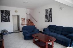 Гостиная. Черногория, Сутоморе : Двухэтажная вилла с бассейном, гостиная, 3 спальни, 2 ванные комнаты, парковка, место для барбекю, Wi-Fi