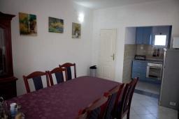 Обеденная зона. Черногория, Сутоморе : Двухэтажная вилла с бассейном, гостиная, 3 спальни, 2 ванные комнаты, парковка, место для барбекю, Wi-Fi