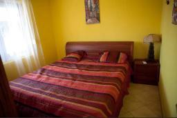 Спальня 2. Черногория, Сутоморе : Двухэтажная вилла с бассейном, гостиная, 3 спальни, 2 ванные комнаты, парковка, место для барбекю, Wi-Fi