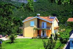 Фасад дома. Черногория, Зеленика : Двухэтажная вилла с бассейном и зеленой территорией, 3 гостиные, 6 спален, 3 ванные комнаты, Wi-Fi