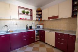 Кухня. Черногория, Будва : Апартамент с гостиной, двумя спальнями и большим балконом с видом на море
