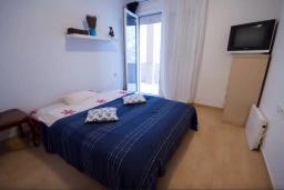 Спальня. Черногория, Будва : Апартамент с гостиной, двумя спальнями и большим балконом с видом на море