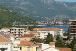 Вид. Черногория, Будва : Апартамент с гостиной, двумя спальнями и большим балконом с видом на море