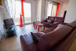 Гостиная. Черногория, Будва : Апартамент с гостиной, двумя спальнями и большим балконом с видом на море
