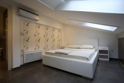 Спальня. Черногория, Бечичи : Апартамент с просторной гостиной, двумя спальнями и балконом с видом на море
