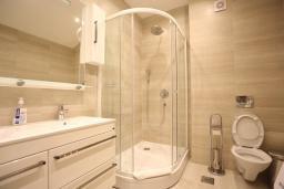 Ванная комната. Черногория, Бечичи : Апартамент с просторной гостиной, двумя спальнями и балконом с видом на море