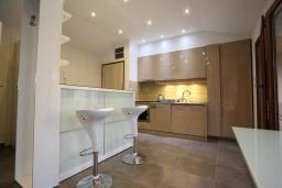 Кухня. Черногория, Бечичи : Апартамент с просторной гостиной, двумя спальнями и балконом с видом на море