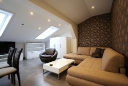 Гостиная. Черногория, Бечичи : Апартамент с просторной гостиной, двумя спальнями и балконом с видом на море