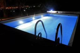 Бассейн. Черногория, Добра Вода : Вилла с бассейном, кухней, двумя спальнями, ванной комнатой, местом для барбекю, местом для парковки, Wi-Fi