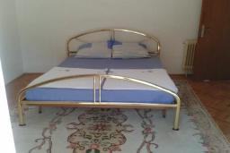 Спальня. Черногория, Добра Вода : Вилла с бассейном, кухней, двумя спальнями, ванной комнатой, местом для барбекю, местом для парковки, Wi-Fi