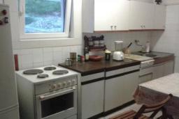 Кухня. Черногория, Добра Вода : Вилла с бассейном, кухней, двумя спальнями, ванной комнатой, местом для барбекю, местом для парковки, Wi-Fi