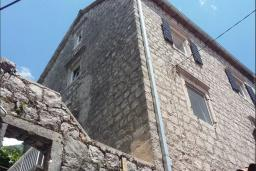 Фасад дома. Черногория, Пераст : Каменный дом в 20 метрах от моря, 6 спален, 4 ванные комнаты, сад, терраса