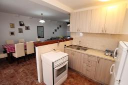 Кухня. Черногория, Пераст : Каменный дом в 20 метрах от моря, 6 спален, 4 ванные комнаты, сад, терраса