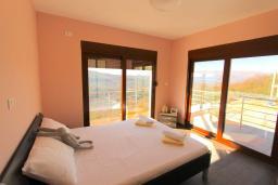 Спальня 2. Черногория, Братешичи : Двухэтажный дом с бассейном, гостиная, кухня-столовая 3 спальни, 2 ванные комнаты, дворик, место для барбекю, Wi-Fi