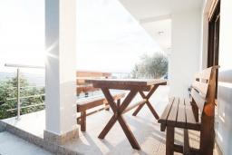 Терраса. Черногория, Братешичи : Двухэтажный дом с бассейном, гостиная, кухня-столовая 3 спальни, 2 ванные комнаты, дворик, место для барбекю, Wi-Fi