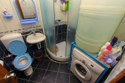 Ванная комната. Черногория, Игало : Апартамент с большим балконом и видом на море, гостиная, 3 спальни, стиральная машина, Wi-Fi